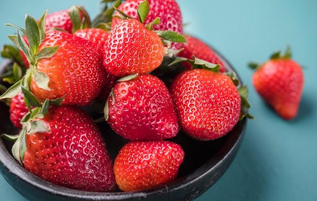Gros plan de délicieuses fraises prêtes à être servies