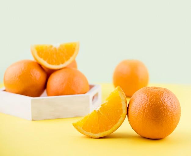 Gros plan de délicieuses oranges sur la table