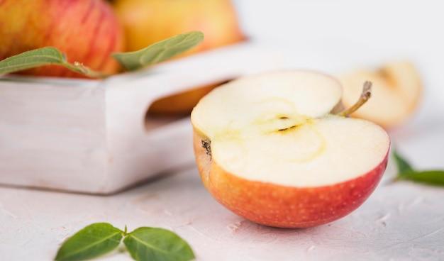 Gros plan de délicieuses pommes bio sur la table