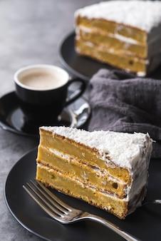 Gros plan de délicieuses tranches de gâteau prêtes à être servies