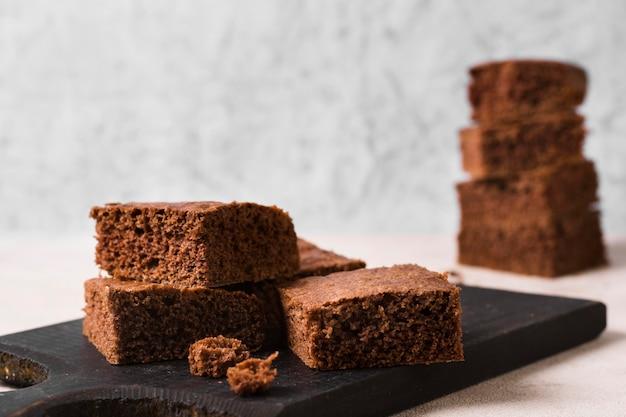 Gros plan de délicieux brownies au chocolat