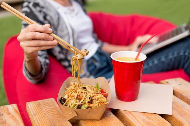 Gros plan délicieux chinois à emporter