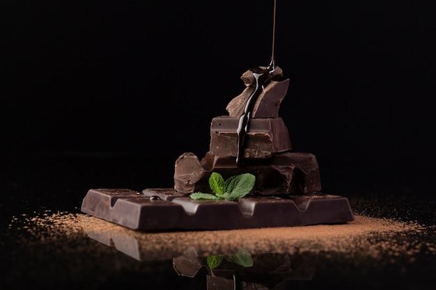 Gros plan de délicieux chocolat noir