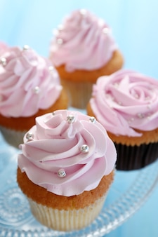 Gros plan de délicieux cupcakes roses