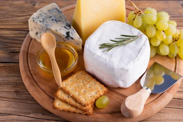 Gros plan de délicieux fromages et des collations sur une table