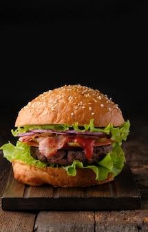 Gros plan de délicieux hamburgers faits maison sur table en bois.