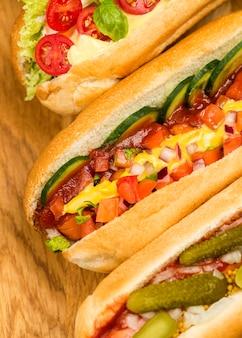 Gros plan de délicieux hot-dogs