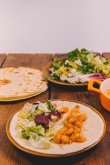 Gros plan, de, délicieux, maïs, plat, à, légumes, et, tortilla, sur, table brune