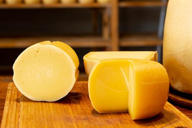 Gros plan de délicieux morceaux de fromage