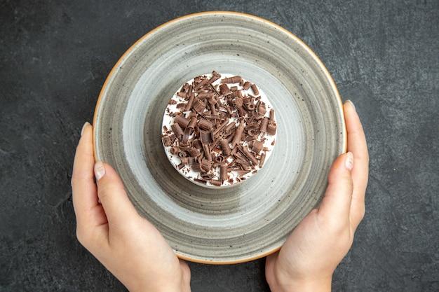 Gros plan d'un délicieux petit gâteau crémeux fait maison