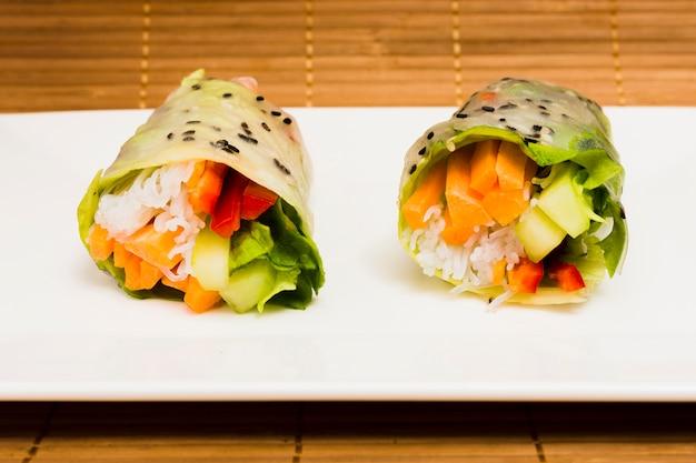 Gros plan, de, délicieux, riz légume, printemps, et, graines sésame, sur, plaque