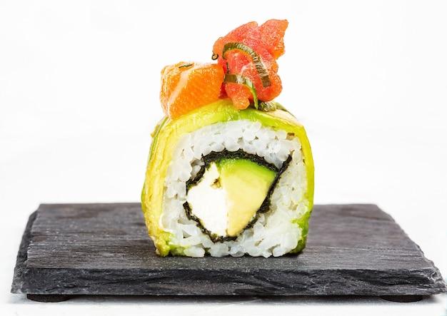 Gros plan de délicieux sushi roll sur fond blanc