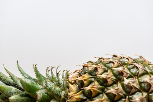 Gros plan d'une demi-ananas. horizontal