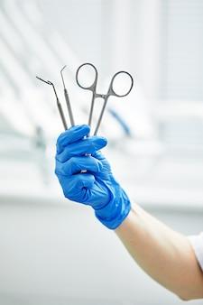Gros plan, de, dentiste, mains, et, équipement dentaire