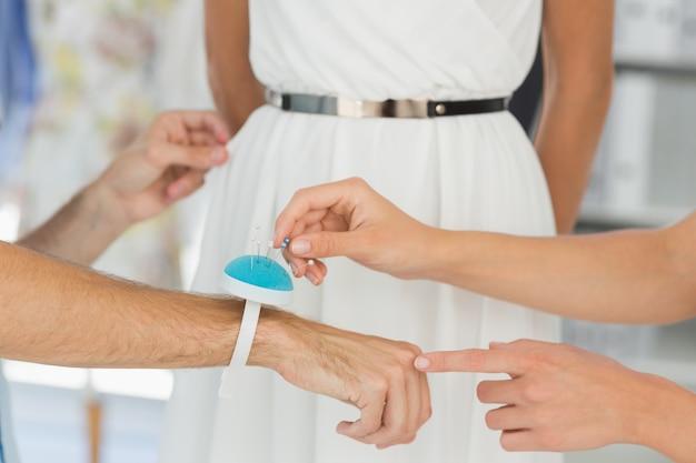 Gros plan de designers ajustant la robe sur le modèle