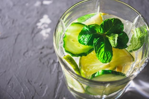 Gros plan, désintoxication, boisson, concombre, citron, menthe