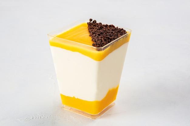 Gros plan sur un dessert aux fruits de la passion avec du chocolat râpé sur le dessus