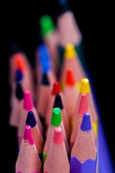 Gros plan sur les dessus de crayons de couleur