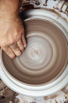 Gros plan, détail, artiste, fabrication, poterie argile, roue