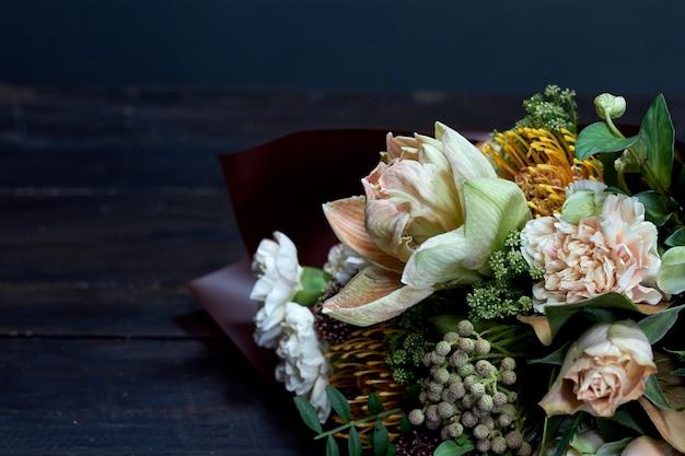 Gros plan détail bouquet aux couleurs pastel dans un style vintage sur dark