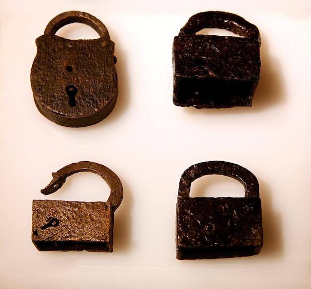 Gros plan de détail des cadenas en métal à l'ancienne