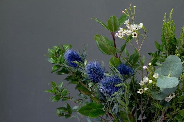 Gros plan de détail du bouquet original dans un style vintage sur un fond sombre, selective focus