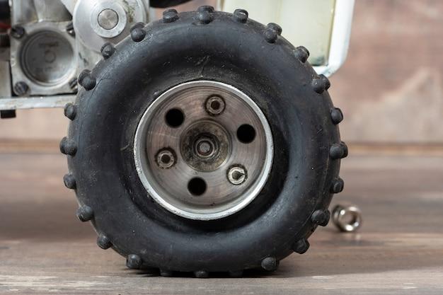 Gros plan sur le détail de la roue de voiture rc hors route