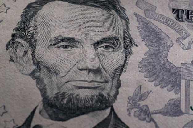 Gros plan détaillé sur les billets en dollars américains
