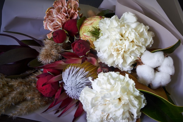 Gros plan de détails de bouquet décorés dans un style vintage sur un fond sombre