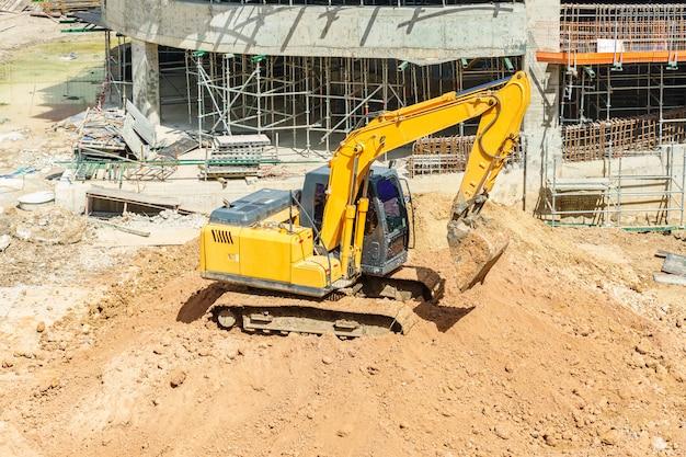 Gros plan des détails de la pelle industrielle travaillant sur un chantier de construction