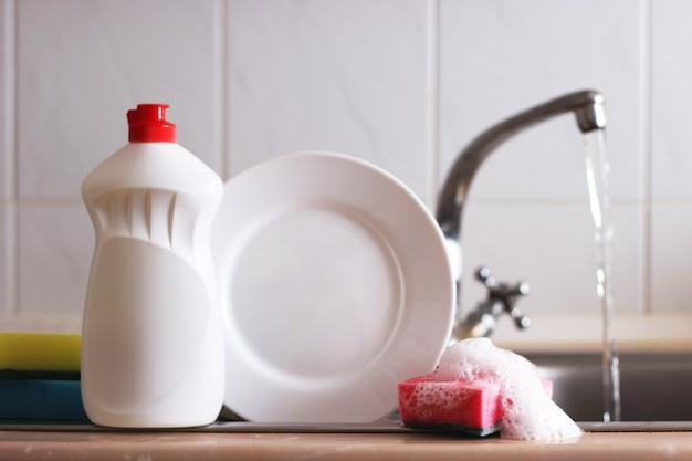 Gros plan sur les détergents à vaisselle à l'intérieur de la cuisine. photo de haute qualité