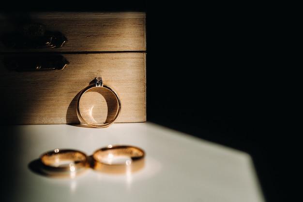 Gros plan de deux anneaux de mariage en or pour un mariage.