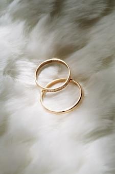 Gros plan de deux anneaux de mariage d'or