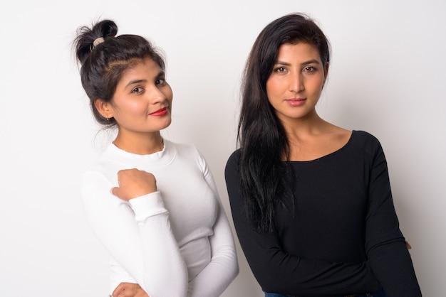 Gros plan de deux belles jeunes femmes persanes ensemble comme soeurs isolées