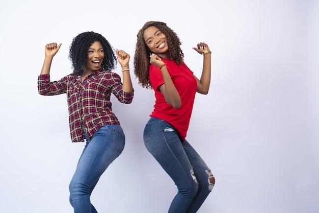 Gros plan sur deux belles jeunes femmes se sentant excitées et heureuses