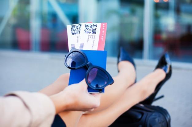 Gros plan deux billet d'avion dans le passeport étranger près de l'aéroport