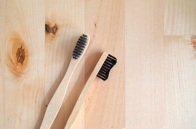 Gros plan de deux brosses à dents en bambou sur table en bois