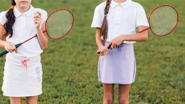 Gros plan, deux, filles, tenue, badminton, dans main