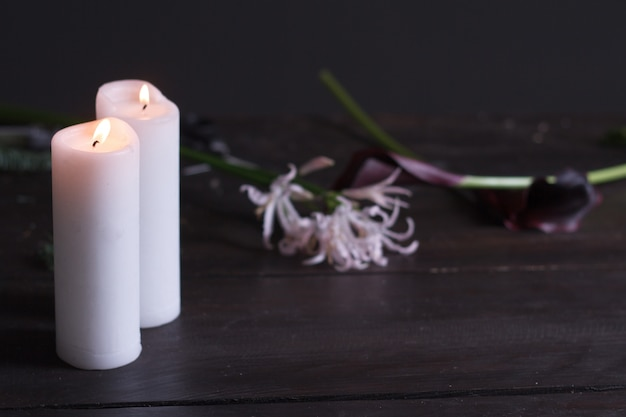 Gros plan, deux, grand, blanc, bougies, brûler