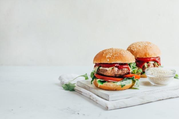 Gros plan de deux hamburgers sur fond blanc