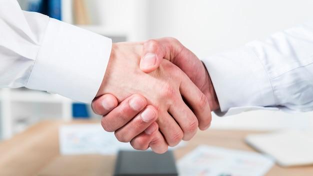 Gros plan, de, deux, homme affaires, serrer main