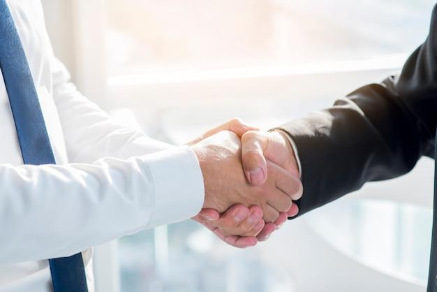 Gros plan, deux, hommes affaires, serrer main
