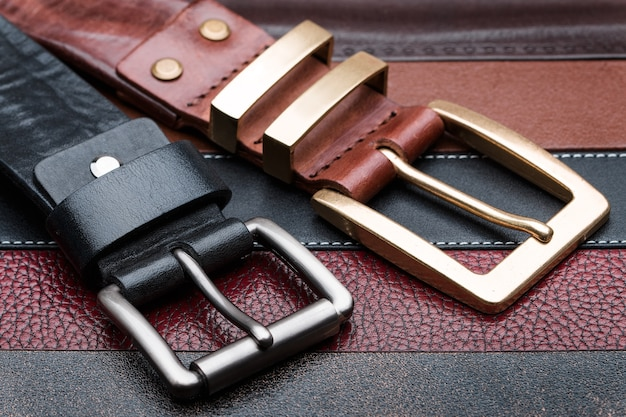 Gros plan, de, deux, hommes, ceintures, sur, cuir, bandes, fond