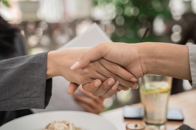 Gros plan des deux mains tremblant dans un café