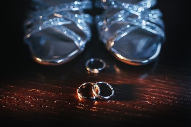 Gros plan, de, deux, or, anneaux de mariage, dans, a, arrière-plan noir., bague mariage., alliances.