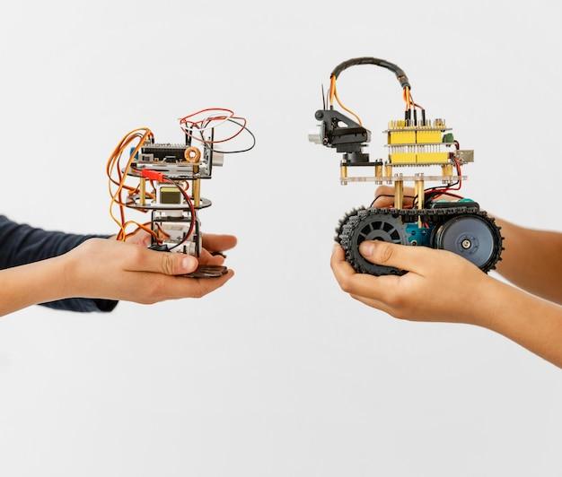 Gros plan de deux robots