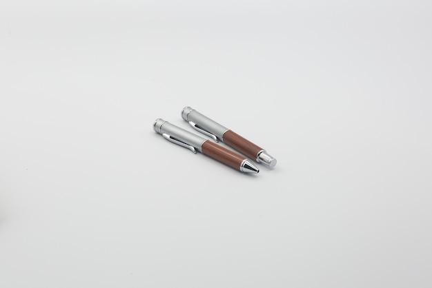 Gros plan de deux stylos à bille isolé sur fond blanc