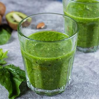Gros plan de deux verres avec smoothie vert mélangé