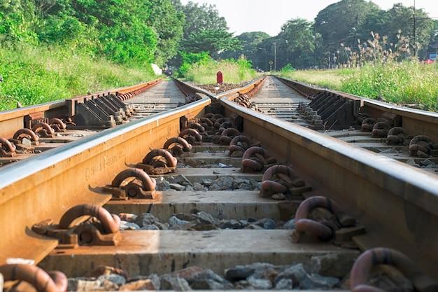 Gros plan deux voies de chemin de fer se confondent.
