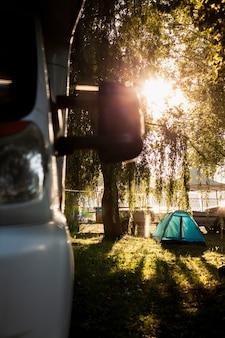Gros plan devant van avec tente en arrière-plan
